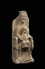 Rare Vierge à l'Enfant assise en majesté en pierre calcaire sculptée en très haut relief