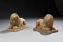 Paire de lions en marbre rose de Vérone. Allongés sur une terrasse, les pattes antérieures en avant, ils tournent chacun leur tête ;...