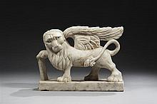 Lion de l'évangéliste saint Marc en marbre blanc sculpté en ronde-bosse. Debout et de profil, une aile déployée au-dessus du dos, la..