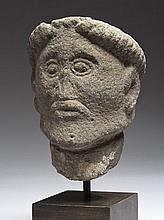 Tête d'homme barbu en basalte sculpté en ronde-bosse