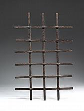 Grille en fer forgé sans encadrement à section carrée avec six fers repercés et trois pleins