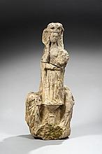 Partie inférieure d'un Calvaire en pierre calcaire sculptée