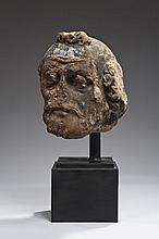 Importante tête d'homme barbu (saint Pierre ?) en grès rose sculpté