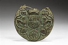 Grande plaque de forme circulaire en cuivre repoussé et gravé