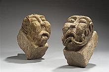 Paire de modillons en pierre calcaire sculptée en haut relief à décor de têtes grotesques