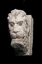 Tête de lion à cornes de bélier en marbre sculpté en haut relief