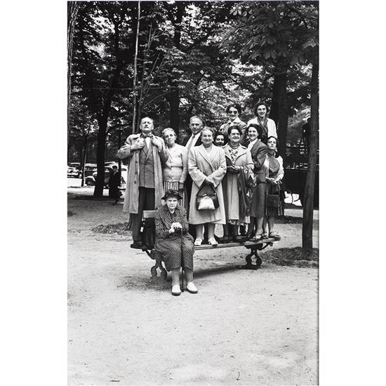 Elliott Erwitt (1928)Parade group, Paris, 1951