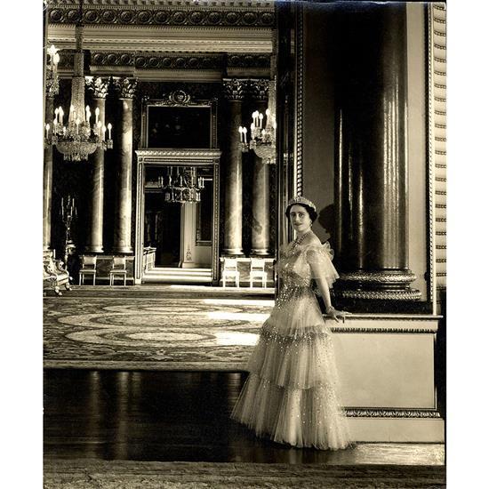 Cecil Beaton (1904-1980) Portrait de la reine Elizabeth II, Épreuve argentique noir et blanc sur papier mat, cachet du photogr...