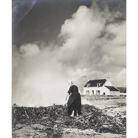 Florence Henri (1893-1932)Femme brulant du goémon, 1938