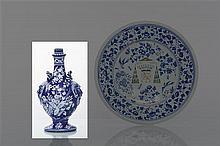 Nevers Vase en forme de bouteille balustre munie de deux anses en forme de masque de satyre et corde, décor en blanc fixe sur fond bleu