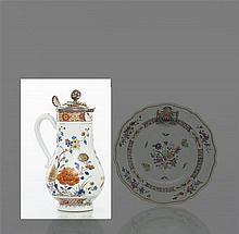 Chine Pot à eau de forme balustre à décor polychrome et or d'arbustes fleuris et galons à croisillons sur les bords.