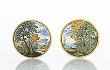 Castelli Paire de médaillons circulaires à décor polychrome de paysages animés avec château et bord de mer, filet jaune sur le bord