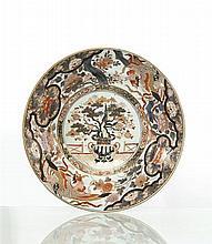 Japon Grand plat rond à décor bleu, rouge et or dit Imari au centre d'un vase tripode garni de prunus dans un médaillon cerné de phœni