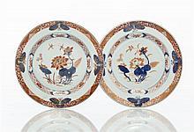 Chine Paire d'assiettes à décor bleu, rouge et or dit