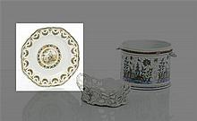 Moustiers Assiette octogonale à décor polychrome au centre d'un médaillon mythologique : Diane assise dans un paysage, tenant une fl..