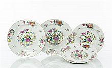 Chine Suite de quatre plats ronds à bord contourné à décor polychrome des émaux de la famille rose de bouquets de fleurs et tiges fl...