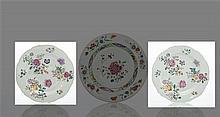 Chine Paire d'assiettes à bord contourné à décor polychrome des émaux de la famille rose de bouquets de fleurs