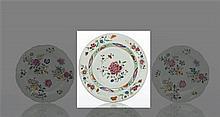 Chine Plat rond à décor polychrome des émaux de la famille rose de pivoine et prunus au centre, galon à fond vert sur la chute et br...