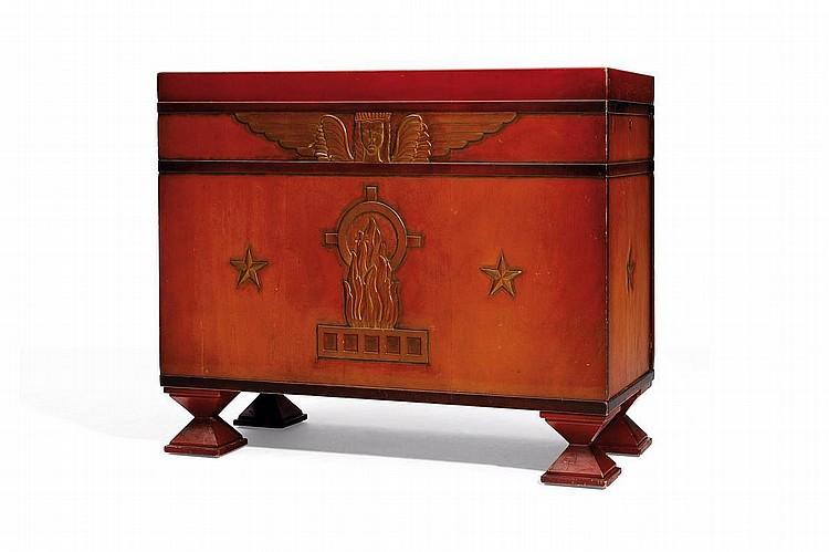 OTTO WRETLING (1876-?) Cabinet à bâti rectangulaire en bois laqué rouge et rehaut doré présentant une décoration gravée d'un sphin...