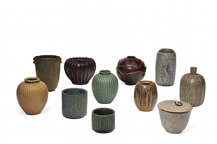 ARNE BANG (1901-1983) Ensemble composé de dix vases et d'un pot à sucre Faïence émaillée et grès émaillé. Signés. Vers 1930/40. H_...
