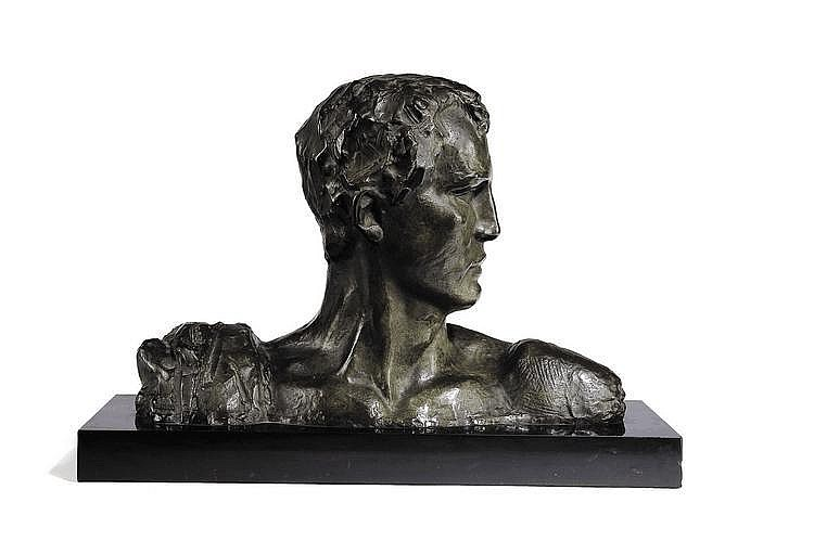VICTOR DEMANET (1895-1964) Jeune homme de profil Bronze à patine verte Signé sur l'épaule droite H_32 cm L_47 cm
