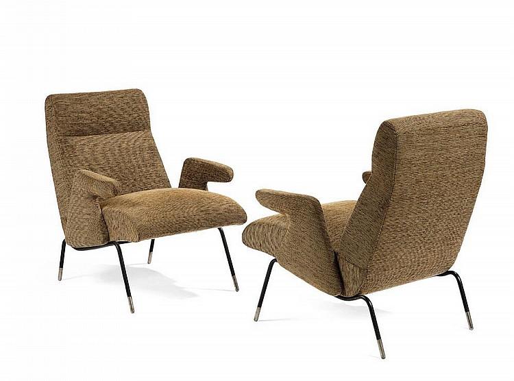 ERBERTO CARBONI (1899-1984) Paire de fauteuils à assises, dossiers et accotoirs architecturés garnis de tissu de velours côtelé ra...