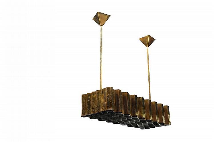 JULES WABBES (1919-1974) Suspension « nid d'abeilles » à bâti rectangulaire en laiton formant de multiples réflecteurs alvéolés. V...