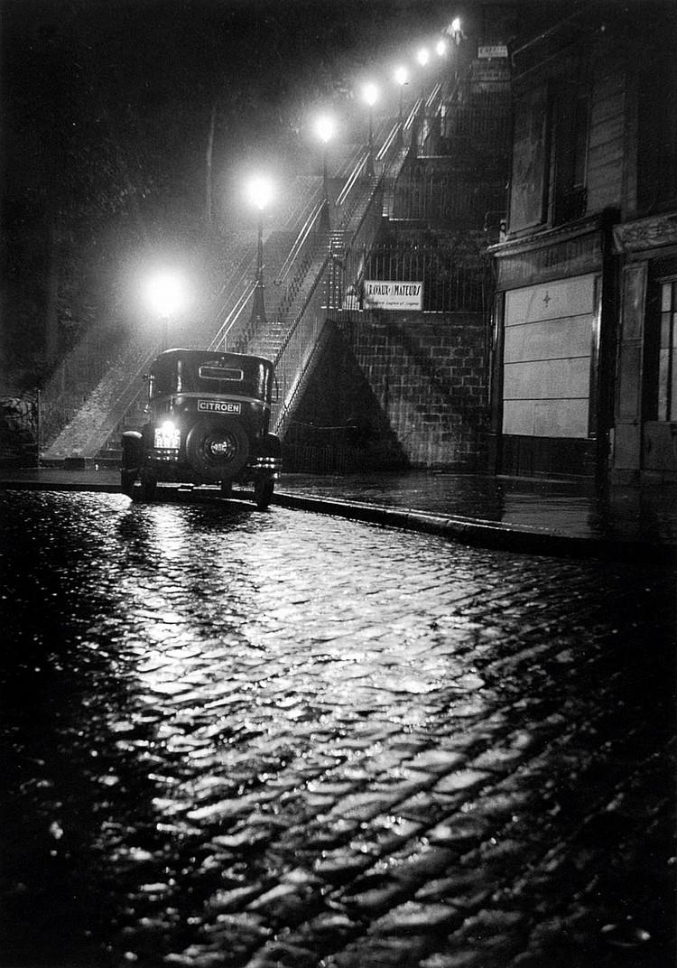 WILLY RONIS (1910-2009) Rue Muller, Paris 1934 Tirage argentique en noir et blanc, postérieur. Signé et portant cachet. H_30 cm L_...