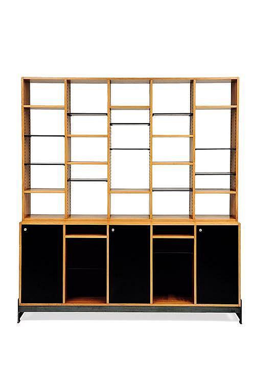 JULES WABBES (1919-1974) - COMMANDE SPECIALE Bibliothèque en lattes de wengé, mélaminé noir et piétement en acier à patine canon d...