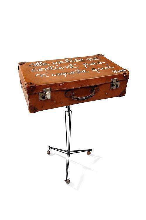 BEN (NÉ EN 1935) Cette Valise ne contient pas n'importe quoi, ca 1970 Acrylique sur une valise reposant sur un pied en métal noir....