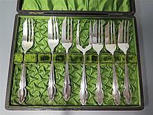A Cased Set of Sterling Silver Cake Forks, 114 g