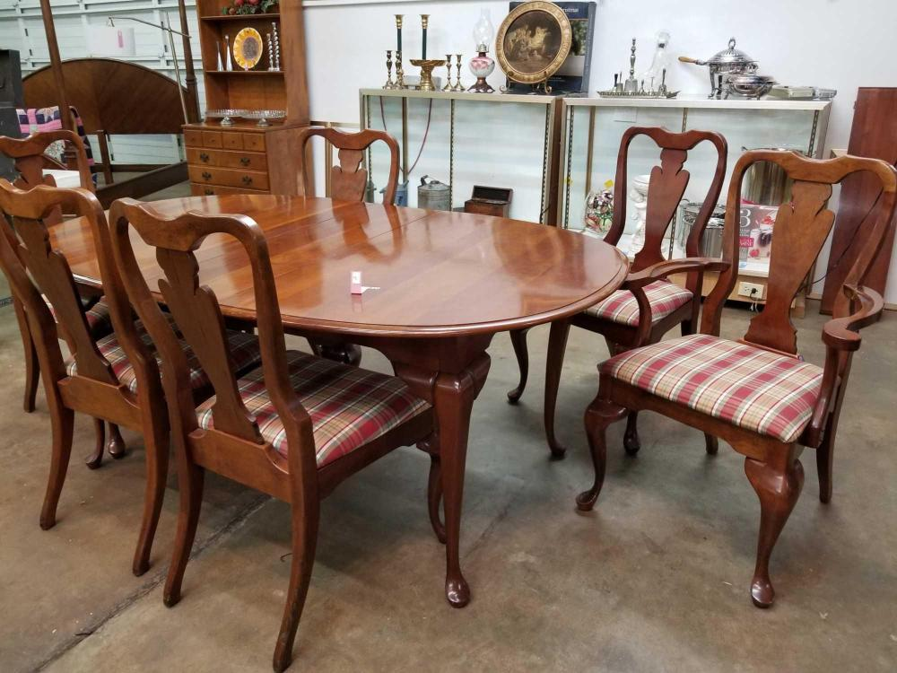 QUEEN ANNE STYLE DINING TABLE W/ 2 LEAVES & 6 CHAIRS