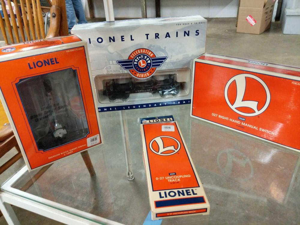 LIONEL TRAIN 027 GAUGE CAR- 2 BOXED TRACKS - LIGHT SIGNAL IN ORIGNIAL BOXES (4 ITEMS)
