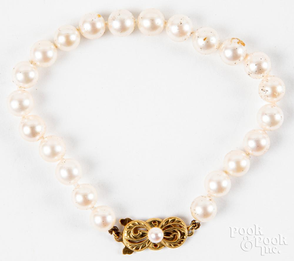 Pearl bracelet with 18K gold clasp.
