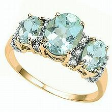 Beautiful 10kt Gold Daimond And Aquamarine Ring. Aquamarine Surrounded by Sixteen Round Cut Diamonds