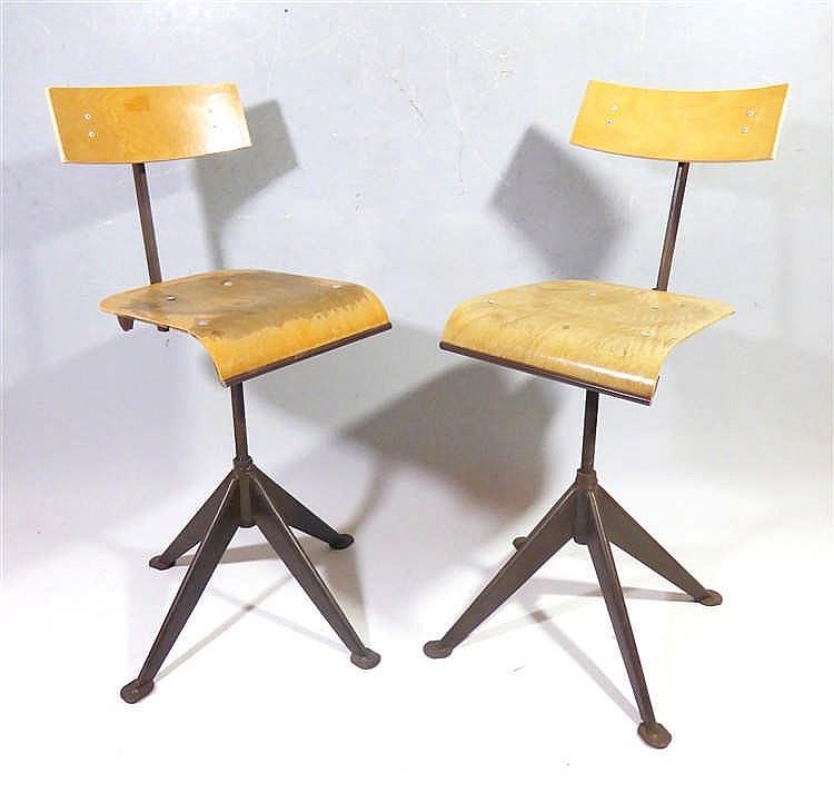jean prouve 1901 1984 attribu paire de chaises d 39 ateli. Black Bedroom Furniture Sets. Home Design Ideas
