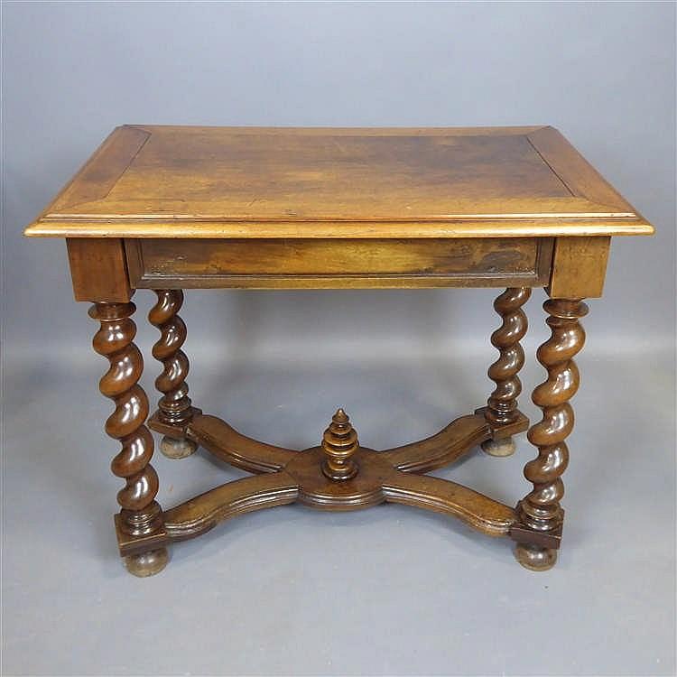 table en noyer plateau rectangulaire reposant sur un pi te. Black Bedroom Furniture Sets. Home Design Ideas