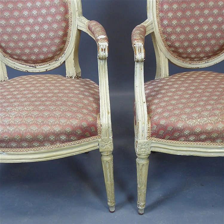 Paire de fauteuils en bois moulur r champi cr me dossier for Chaise medaillon solde