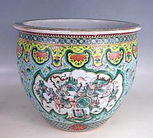 CHINE: Aquarium (vasque à poisson) en porcelaine à décor polychrome dans des réserves de guerriers en bataille, l'intérieur orné de poissons. H: 30 - Diam: 35 cm. Fêles, usures aux émaux.