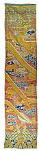 CHINE - XVIIIème siècle: Important tapis de colonne en laine à champ tabac à décor de dragon à cinq griffes tenant une perle parmi les nuages et noeuds sans fin. Longueur: 650 cm - Larg. (max): 153 cm - Larg. (min): 115 cm. Restaurations,