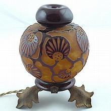 LE VERRE FRANCAIS : Vase boule monté en lampe en verre multicouche de fleurs et arbustes. Signé. Monture en métal rouillé. Usures. Haut (vase): 14 cm environ.