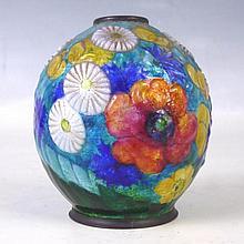 Camille FAURE (1874-1956) - Limoges. Vase de forme boule sur petit talon en cuivre émaillé polychrome à décor floral sur fond bleu. Signé C. Fauré Limoges. H: 10 cm