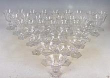 PARTIE DE SERVICE DE VERRES en cristal comprenant trente-quatre pièces, douze verres à eau, onze verres à vin, onze coupes à champagne. Variantes. Egrenures sur au moins trois verres. A rapprocher du modèle Harcourt de Baccarat