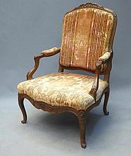 FAUTEUIL à dossier plat en bois mouluré et sculpté, pieds galbés. Epoque Louis XV. Garniture de velours usagé. 128 x 70 x 61 cm. Usures, entures.