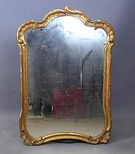 MIROIR chantourné en bois et stuc doré. XIXème siècle. 100 x 65 cm. Accidents et manques.