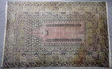 TAPIS TURC (Ghiordes ou Brousse ?) en laine à décor de mirhab rose. 117 x 1