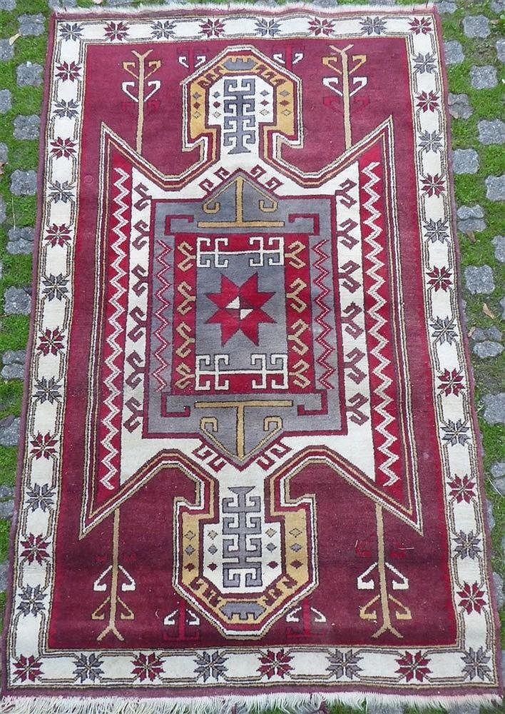 Tapis caucase en laine motif g om trique blanc s - Tapis motif geometrique ...