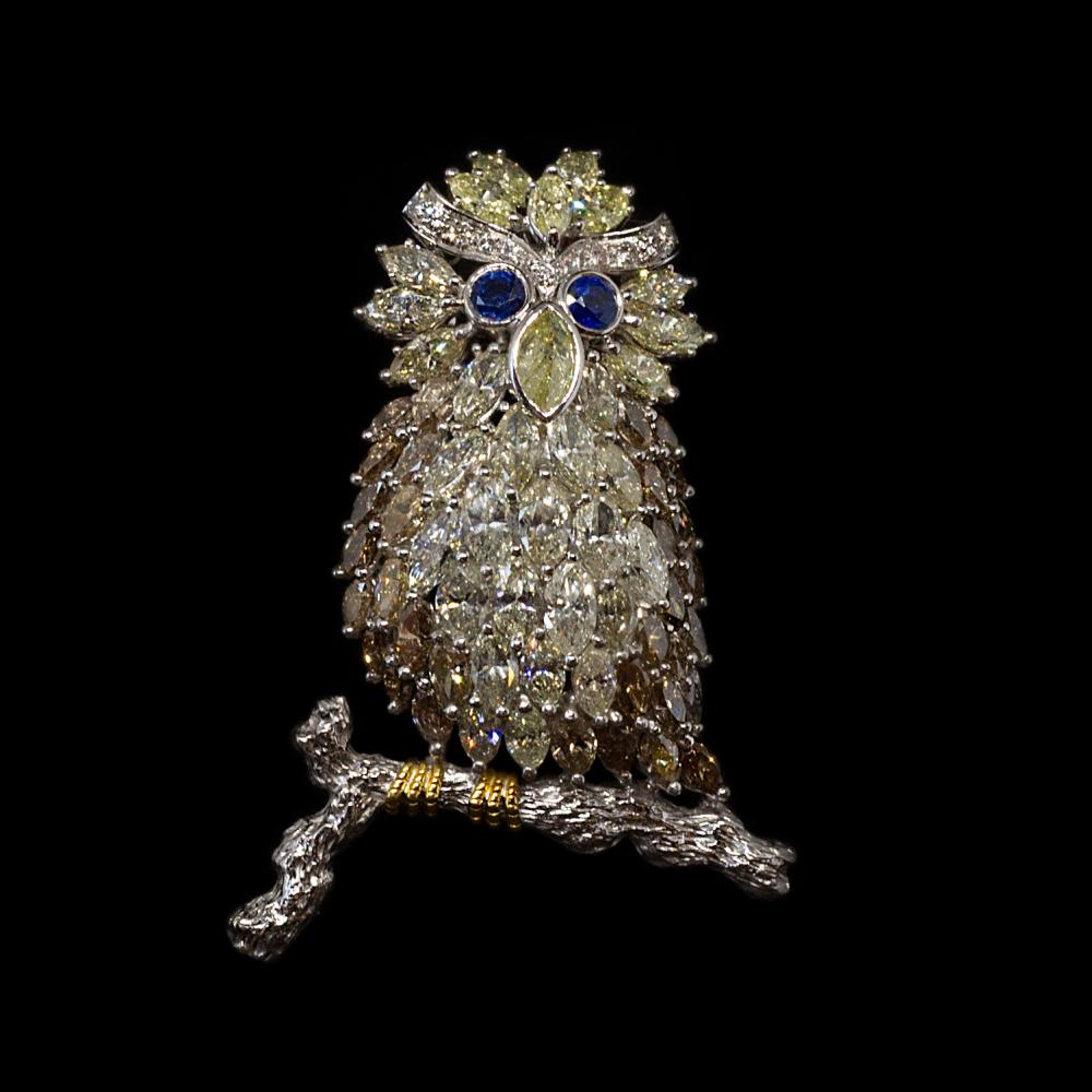 19,35CTW multi-colored, natural and untreated diamond & 0,60ctw Sapphire 18K white gold Owl design brooch.