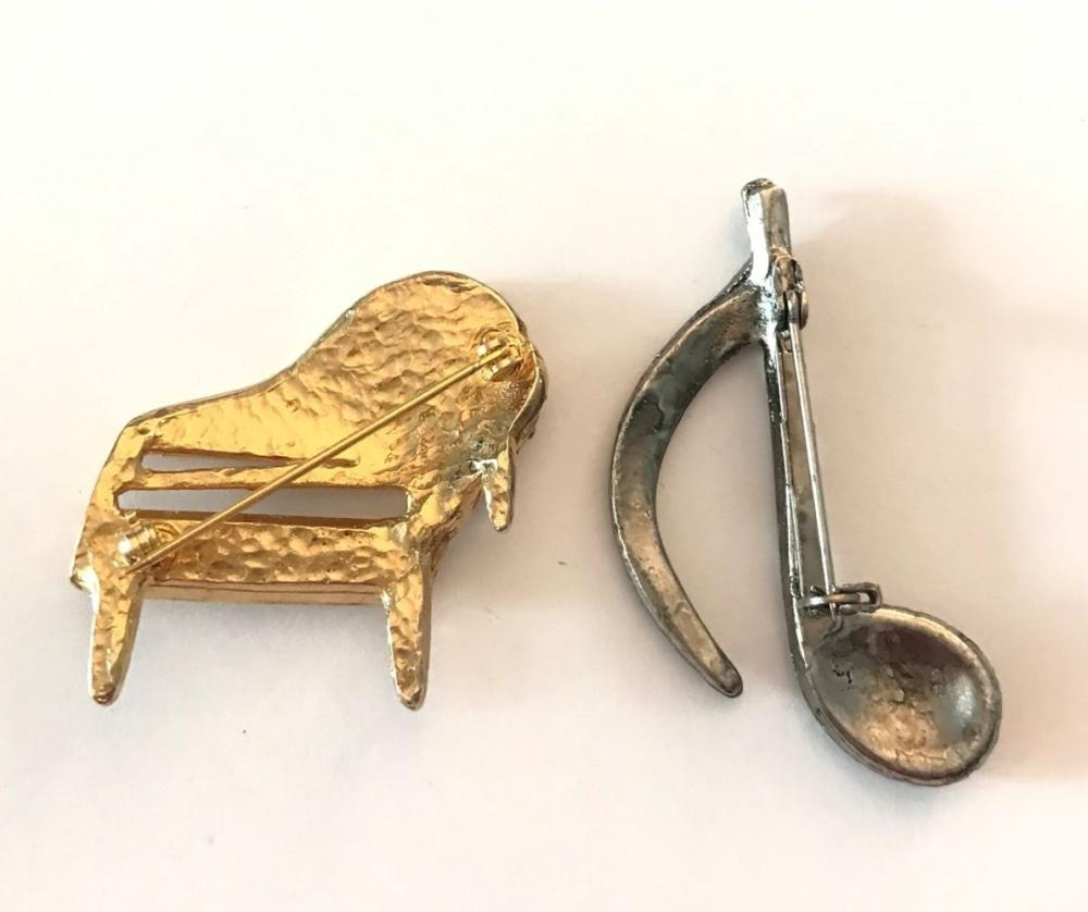 2 MUSICAL BROOCHES PIANO & MUSICAL NOTE