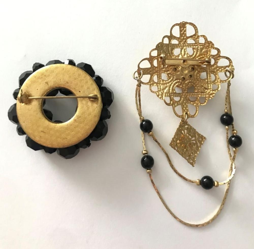2 BROOCHES W BLACK GOLD TONE W/ CHAIN